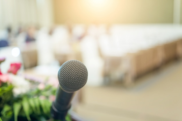 Nahes hohes des mikrofons schoss im seminar oder im konferenzzimmer Premium Fotos