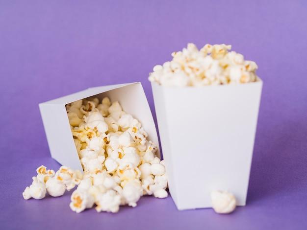 Nahes köstliches popcorn bereit, serviert zu werden Kostenlose Fotos