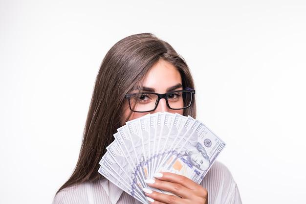 Nahes porträt der geschäftsfrau mit langen braunen haaren in der freizeitkleidung halten viele dollarbanknoten Kostenlose Fotos