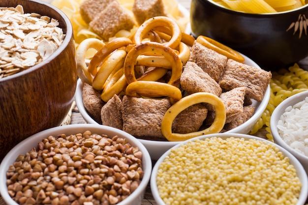 Nahrungsmittel hoch im kohlenhydrat auf rustikalem holztisch. Premium Fotos