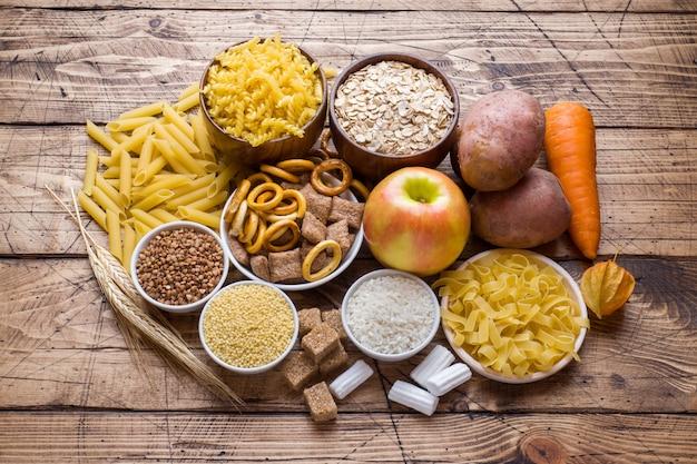 Nahrungsmittel hoch im kohlenhydrat auf rustikalem holztisch Premium Fotos