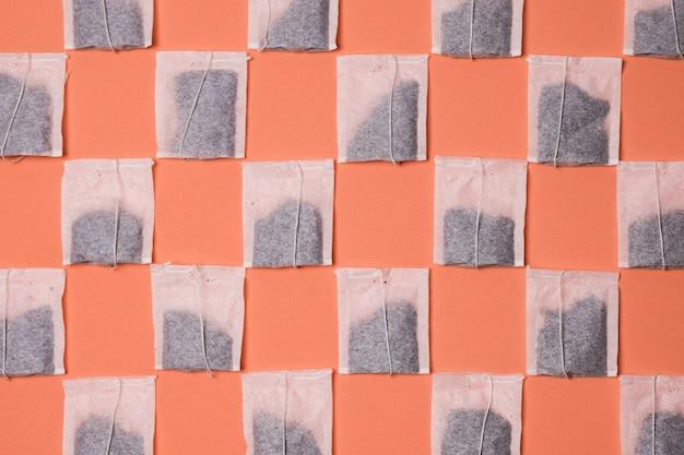 Nahtloses muster auf teebeutel auf farbigem hintergrund Kostenlose Fotos