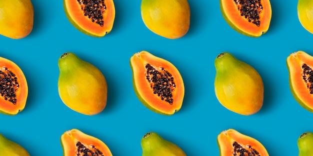 Nahtloses muster der papayafrucht auf blauer farbe Premium Fotos