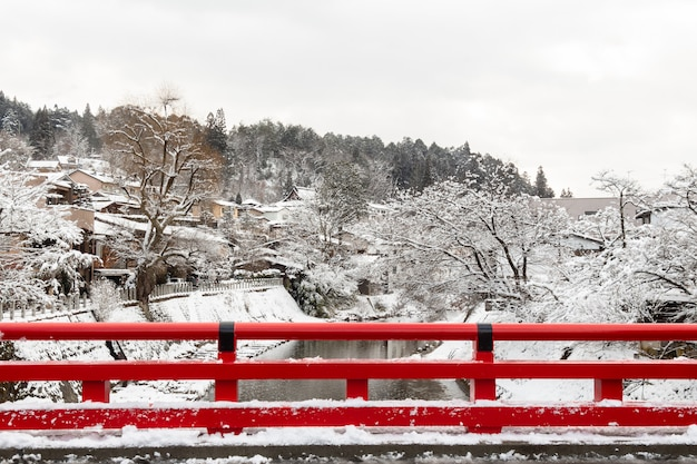 Nakabashi bridge mit schneefall und miyakawa river in der wintersaison Premium Fotos