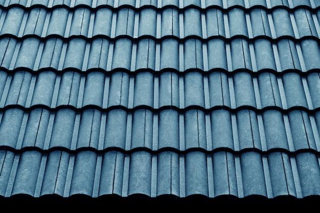 Nasses blaues ziegeldach-muster. schuss am regnerischen tag. details des architektur-konzeptes Premium Fotos