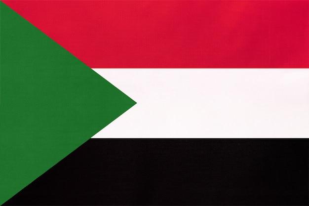 Nationale gewebeflagge der republik sudan, textilhintergrund. symbol des afrikanischen weltlandes. Premium Fotos