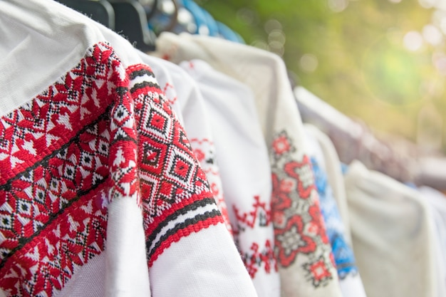 Nationale ukrainische damenoberbekleidung. Premium Fotos