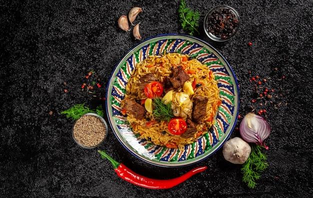 Nationaler usbekischer pilaw mit fleisch. Premium Fotos