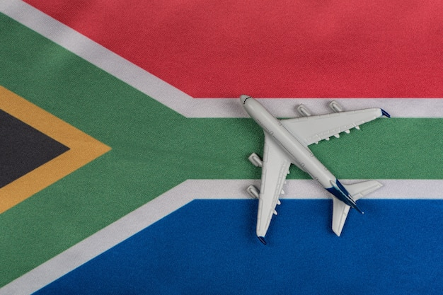 Nationalflagge der republik südafrika und spielzeugflugzeug schließen. wiederaufnahme der flüge nach quarantäne. Premium Fotos
