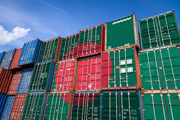 Nationalflagge von bangladesch auf einer großen anzahl von metallbehältern für die lagerung von waren in reihen gestapelt Premium Fotos