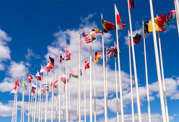 Nationalflaggen an den masten. die flaggen der vereinigten staaten, deutschlands, belgiens, italiens, israels, der türkei Premium Fotos