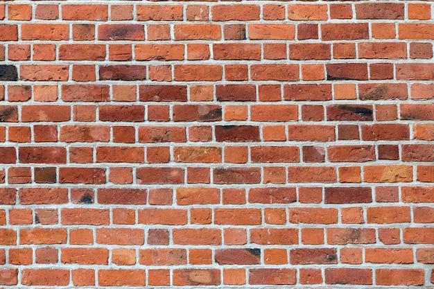 Natürliche alte weinlese verwitterte rotbraune feste backsteinmauer. abstrakter exemplarplatzhintergrund. Premium Fotos