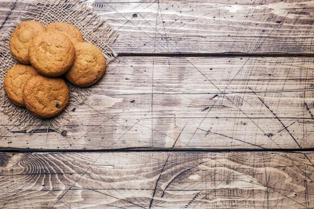Natürliche hafermehlplätzchen auf hölzernem. rustikaler stil. Premium Fotos