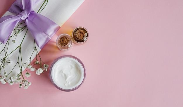Natürliche hautpflegeprodukte des badekurortes auf rosa Premium Fotos