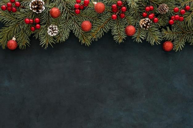 Natürliche kiefernnadeln und weihnachtskugeln mit blumen Premium Fotos