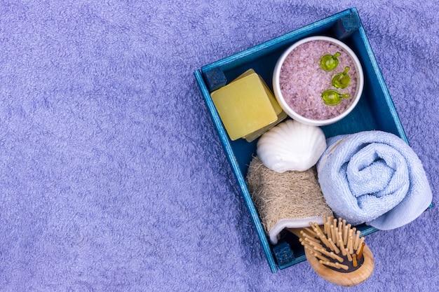 Natürliche kräuterbadekosmetik mit lavendelextrakt - seife, salz, handtuch, massagebürste, waschlappen Premium Fotos