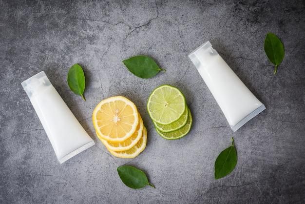 Natürliche lotionsflasche für schönheitspräparate für gesicht und körper sowie für den minimalistischen bio-lebensstil mit zitronen-limettenscheibe und kräuterformulierungen aus grünen blättern Premium Fotos