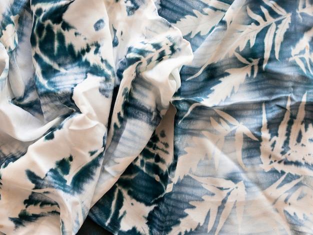 Natürliche pigmente in weißem stoff mit blattmodell Premium Fotos