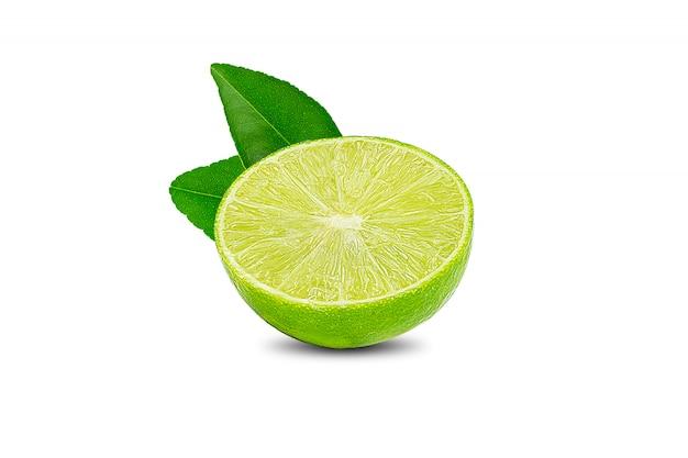 Natürlicher frischer kalk mit wassertropfen und scheibe der grünen kalkzitrusfrucht stehen lokalisiert auf weiß Premium Fotos