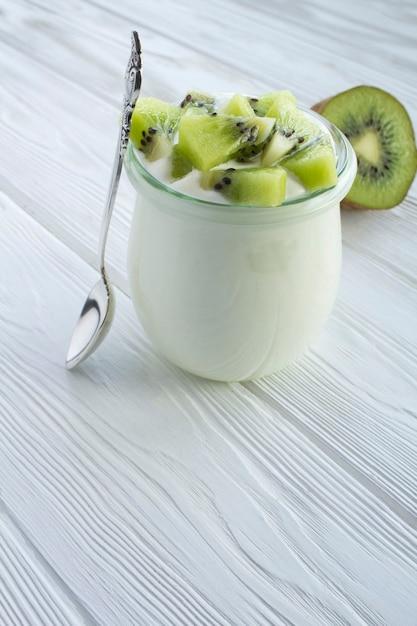 Natürlicher milchjoghurt mit kiwi im glas Premium Fotos