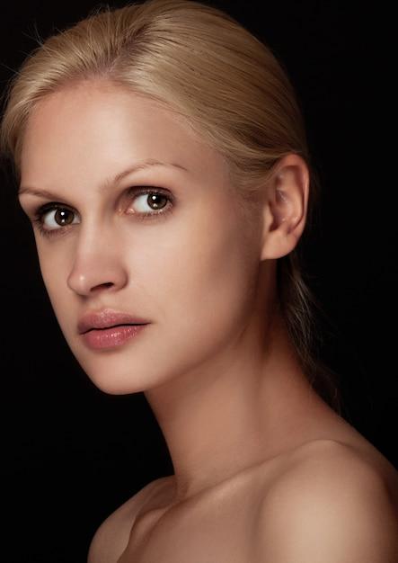 Natürliches make-upmodell des schönheitsporträts mit dem weißen haar auf schwarzem hintergrund Premium Fotos