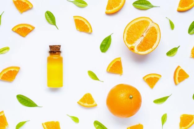 Natürliches zitrusöl mit frischen orangenfrüchten und grünen blättern. hohes vitamin c. Premium Fotos