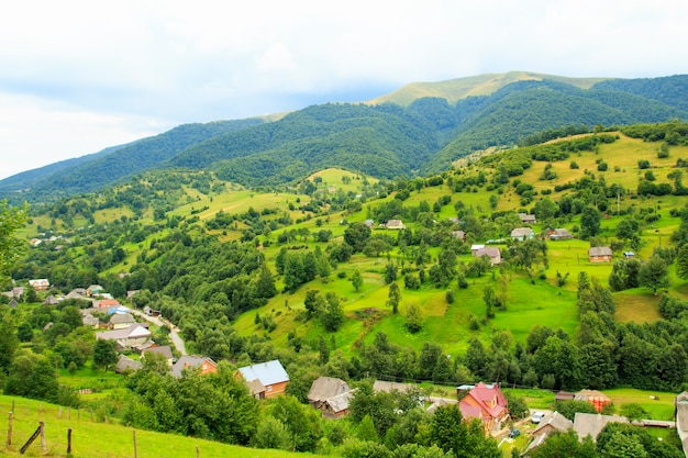 Natur in den bergen, wunderschöne landschaft, wunderschöne berglandschaft, die karpaten Premium Fotos