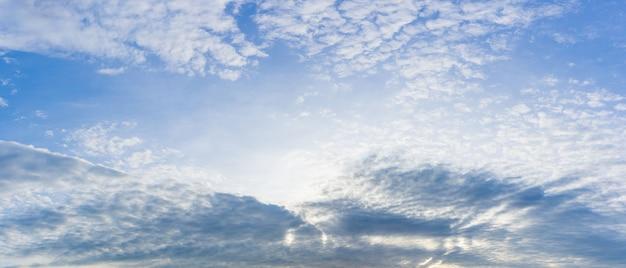 Naturhintergrund des bewölkten himmels des panoramas Premium Fotos