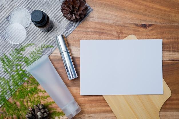 Naturkosmetikflaschenbehälter auf farbpapierhintergrund Premium Fotos
