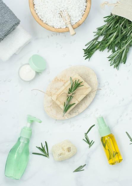 Naturkosmetikprodukte mit ätherischem rosmarinöl. flaches vertikales bild. Premium Fotos