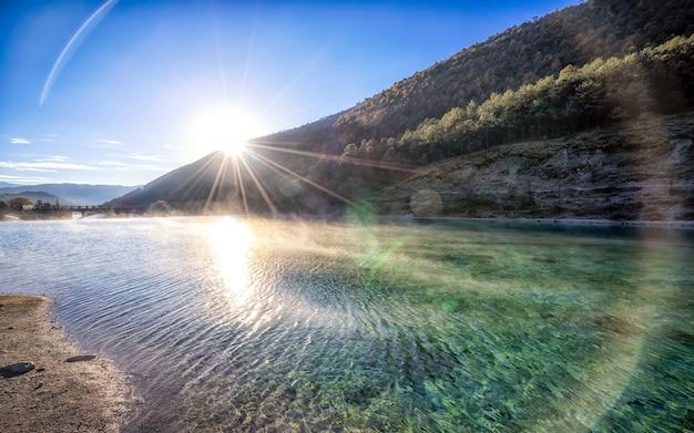 Naturlandschaft und strahl des sonnenlichts über white water river. Premium Fotos