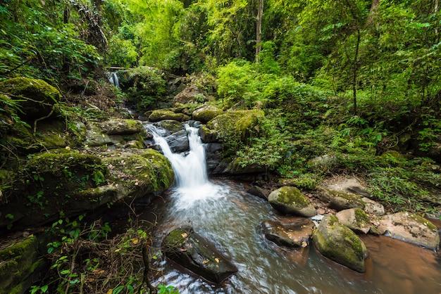 Naturlandschaft von sapan-wasserfall an sapan-dorf, boklua-bezirk Premium Fotos