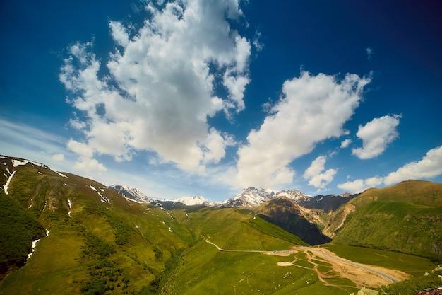 Naturlandschaften in den bergen von georgia Premium Fotos