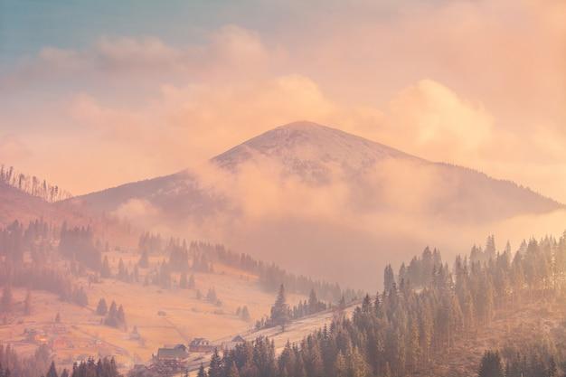 Nebelige herbstlandschaft Premium Fotos
