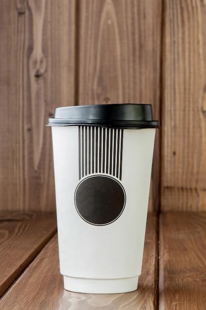 Nehmen sie kaffee in der thermotasse heraus Premium Fotos
