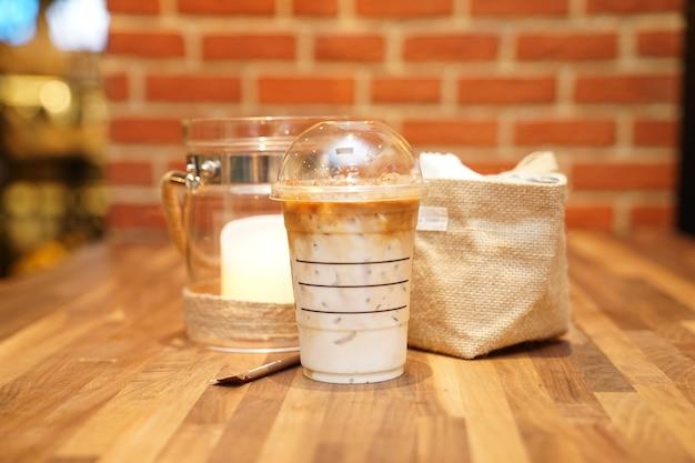 Nehmen sie latte mit brick auf dem holztisch weg Premium Fotos