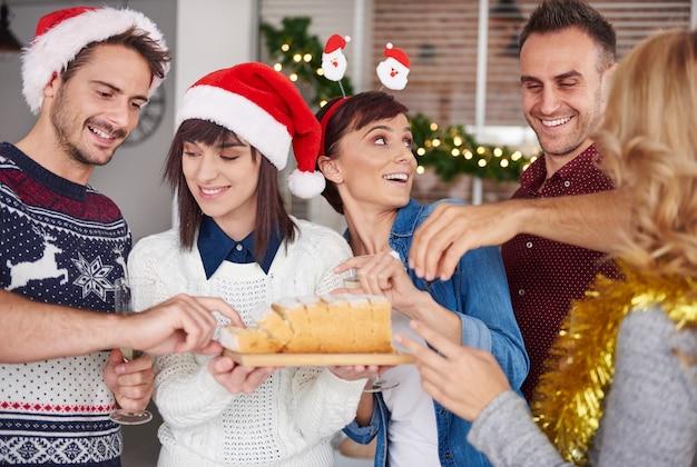 Nehmen sie und probieren sie ein stück weihnachtskuchen Kostenlose Fotos