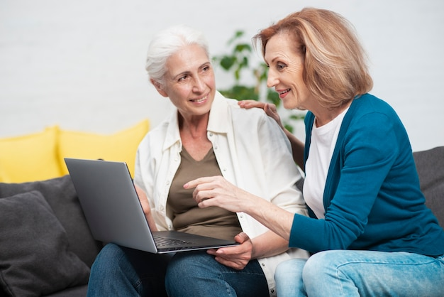 Nette ältere frauen mit einem notizbuch Kostenlose Fotos