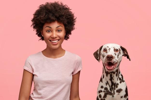 Nette afroamerikanische frau mit hund Kostenlose Fotos