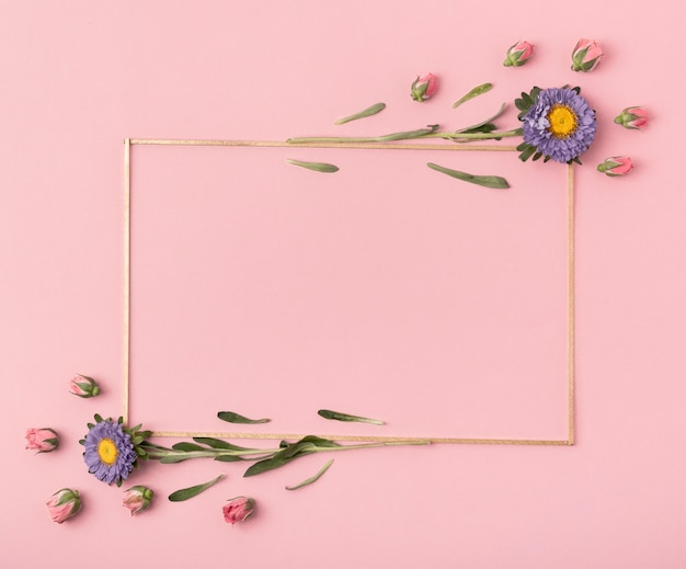 Nette anordnung für einen horizontalen rahmen mit blumen auf rosa hintergrund Kostenlose Fotos