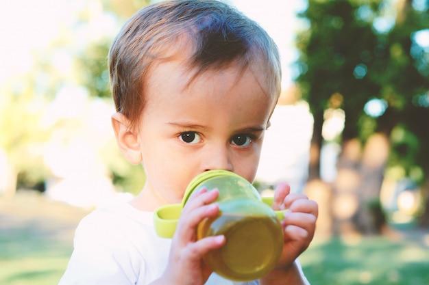 Nette baby-trinkmilchflasche Premium Fotos