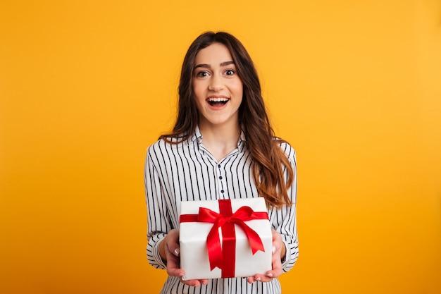 Nette brunettefrau im hemd, das geschenkbox hält Kostenlose Fotos
