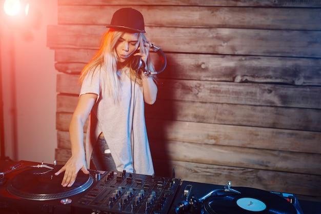 Nette dj-frau, die spaß hat, musik an der vereinpartei zu spielen Kostenlose Fotos