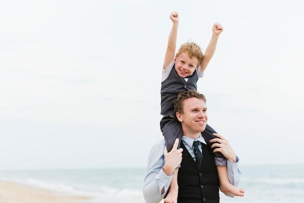 Nette familie an der strandhochzeitszeremonie Premium Fotos