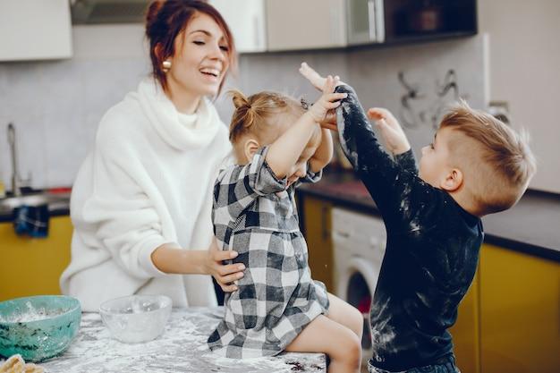 Nette familie bereiten das frühstück in einer küche vor Kostenlose Fotos