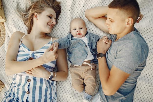 Nette familie, die auf einem herbstgebiet spielt Kostenlose Fotos