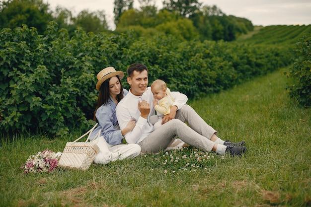 Nette familie, die auf einem sommergebiet spielt Kostenlose Fotos