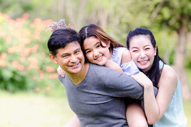 Nette familie, die das picknick zusammen sich entspannt auf grüner natur im park hat Premium Fotos