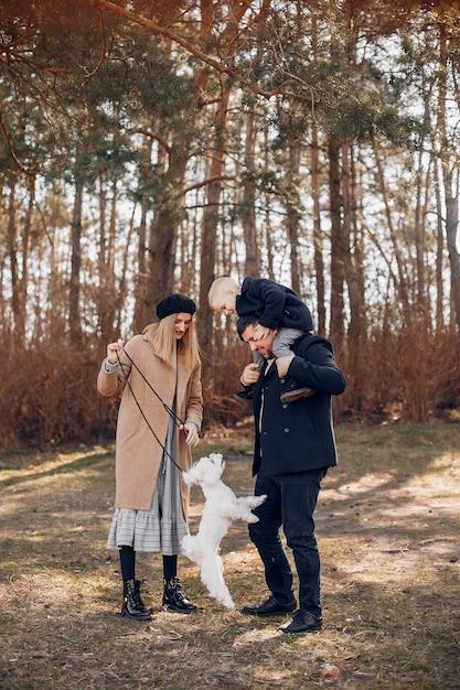 Nette familie, die in einem park spielt Kostenlose Fotos