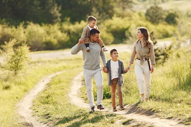 Nette familie, die in einem sommerfeld spielt Kostenlose Fotos